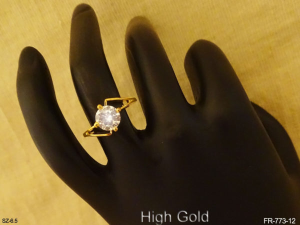 Round Cut Center Stone AD Finger Ring